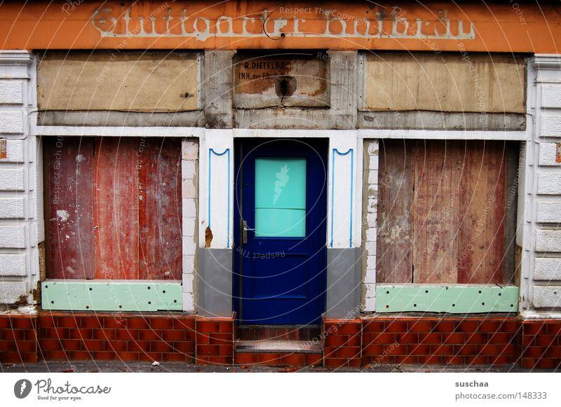 heute geschlossen .. Ladengeschäft Bruchbude Baracke Schaufenster Hütte morsch labil Verfall verfallen Stuttgart Vergänglichkeit Wohnung geschlosen vernagelt