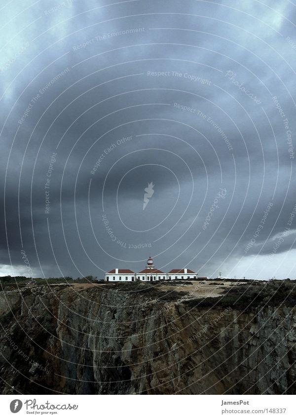 Ein Sturm zieht auf... Leuchtturm Klippe Wolken Portugal Regen Küste Gewitter Himmel Strand