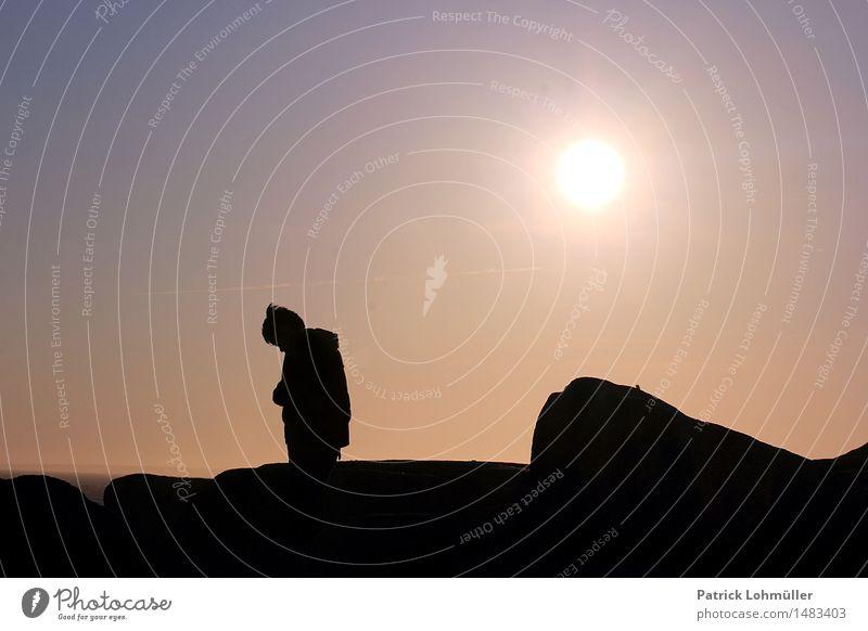Einzelkind Mensch Kind Himmel Natur Sonne Landschaft Einsamkeit ruhig Umwelt Gefühle Junge klein Stein Felsen Erde Kindheit