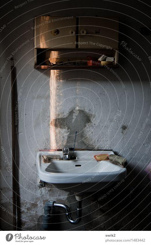 Waschtag Mauer Wand Wandschrank Dinge Waschbecken Wasserhahn Abfluss Abflussrohr Waschhaus Besenstiel Emaille Bürste Beton alt dunkel trashig trist geduldig