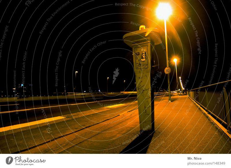 freie fahrt Stadt schwarz Einsamkeit gelb Lampe Linie Beleuchtung Schilder & Markierungen Brand Geschwindigkeit leer Brücke Telefon Hilfsbereitschaft Rasen Asphalt