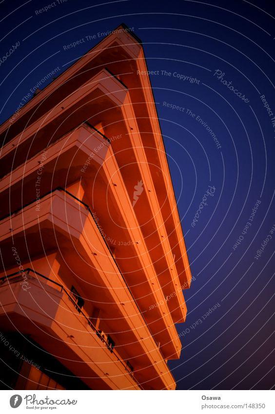 Balkonien ist überall Himmel blau Haus Gebäude orange Architektur Wohnung Hochhaus Perspektive Ecke Italien Häusliches Leben Balkon Alkoholisiert Etage
