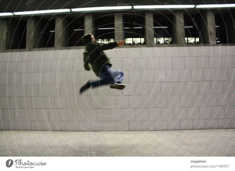 k. is walking on air Jugendliche springen Bahnhof Zürich Karate Kampfkunst Air