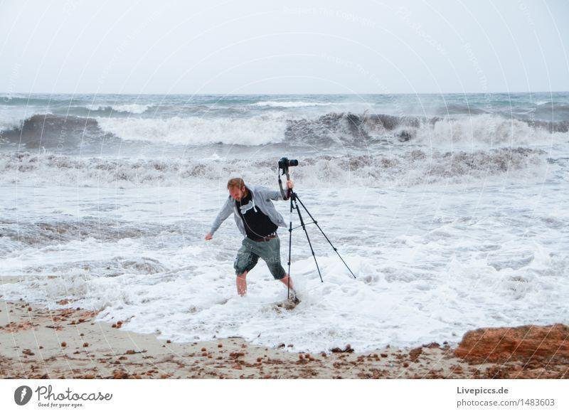 Großes böses Wasser Ferien & Urlaub & Reisen Abenteuer Sommerurlaub Meer Mensch maskulin Mann Erwachsene 1 30-45 Jahre Natur Wellen Küste Mittelmeer blau gelb