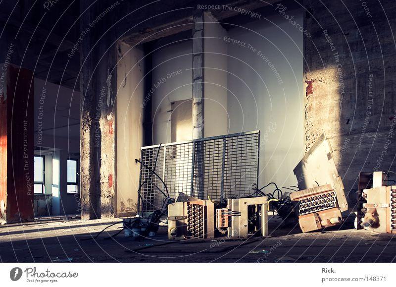 .Friedhof blau alt weiß Einsamkeit schwarz gelb Fenster Tod Wärme Mauer Stein Gebäude Metall Linie Beleuchtung Stimmung