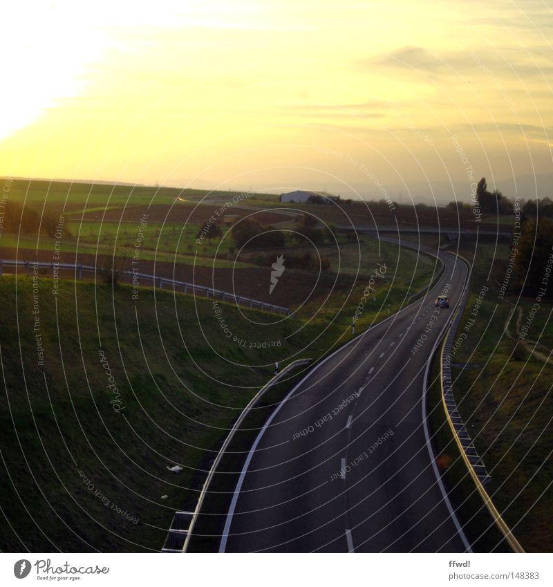 leaving home Fahrbahn Mittelstreifen Schilder & Markierungen Straße Wege & Pfade Verkehrswege Kurve Wegbiegung Biegung Asphalt KFZ Landschaft Natur Himmel
