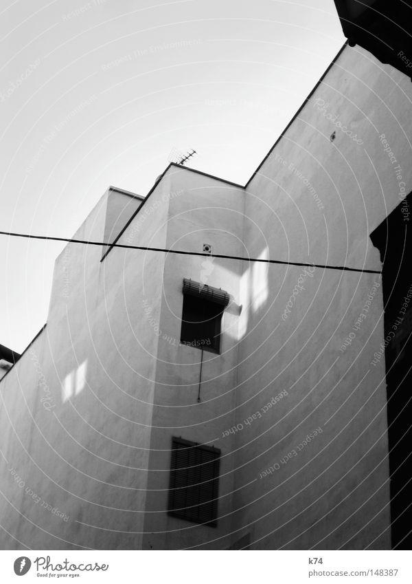 Zeitfenster II Haus Fenster Wohnung Wand Rollo Jalousie Antenne Dach Etage Nachbar Kabel Hochspannungsleitung Leitung Licht Schatten