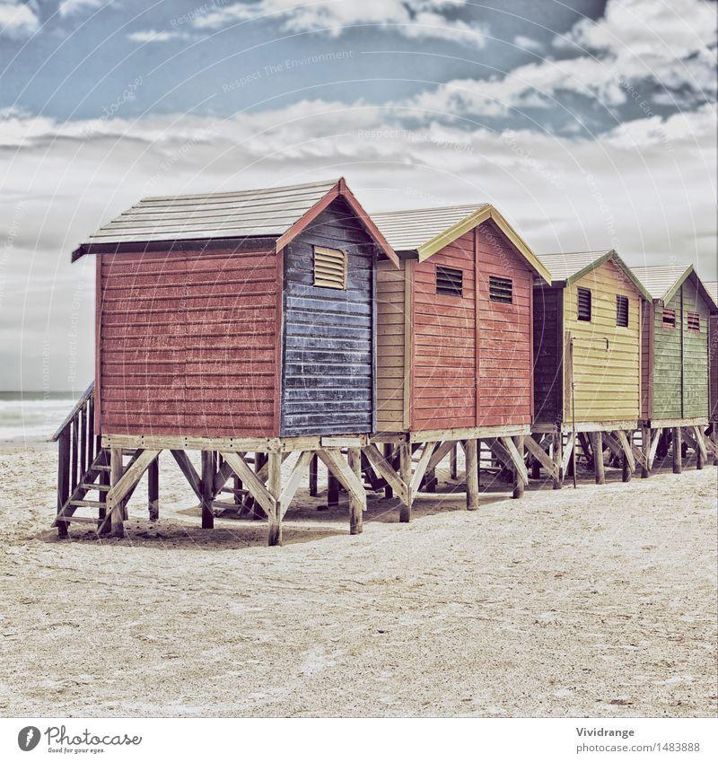 Reihe von gemalten farbigen Strandhütten Himmel Natur Ferien & Urlaub & Reisen blau Farbe Sommer Wasser weiß Meer rot Landschaft Wolken Winter gelb Architektur
