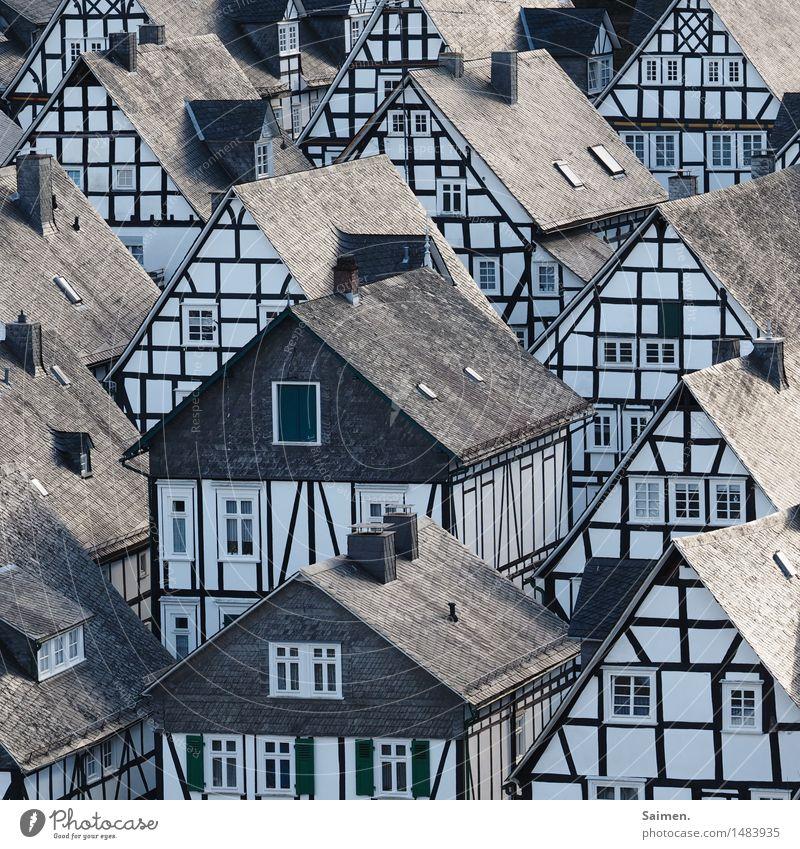 oldschool idylle Dorf Altstadt Haus Einfamilienhaus Traumhaus Mauer Wand Fassade Fenster Dachrinne Schornstein Sehenswürdigkeit Wahrzeichen Häusliches Leben
