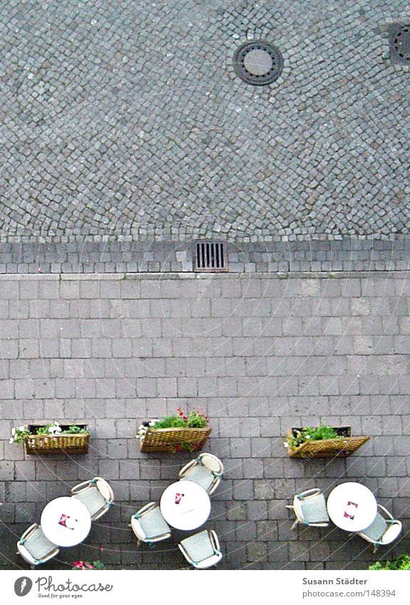 Straßencafé Hochhaus Tisch Stuhl Spaziergang Gastronomie Hotel Café Kopfsteinpflaster Pflastersteine Marktplatz Mahlzeit Nachmittag Bordsteinkante Wochenende