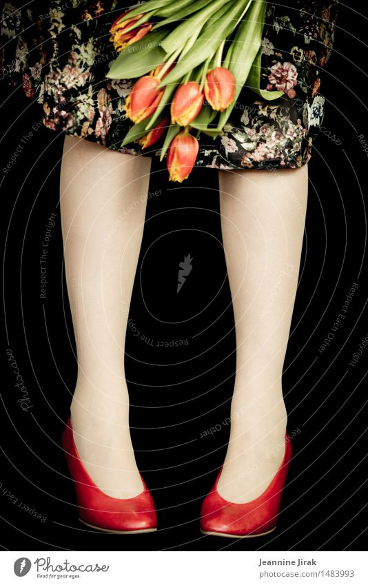Frühling mit Tulpen Mensch Farbe Blume rot Freude feminin Lifestyle Beine orange Zufriedenheit frisch elegant Fröhlichkeit stehen Schuhe