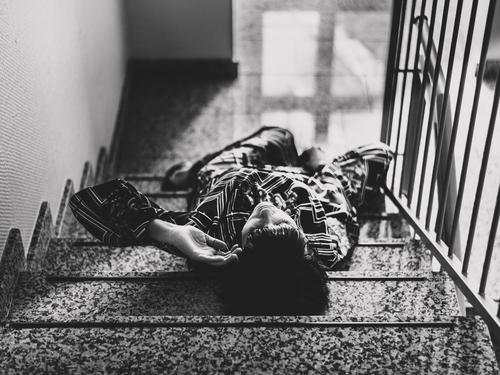 Treppe mit Frau Erholung Erwachsene feminin Mode Wohnung träumen Zufriedenheit liegen elegant Körper retro einzigartig schlafen berühren Kleid