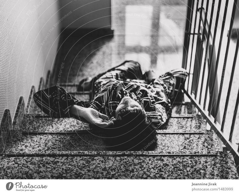 Treppe mit Frau Erholung Meditation Wohnung Treppenhaus feminin Erwachsene Körper 30-45 Jahre Mode Kleid Treppenabsatz berühren liegen schlafen träumen elegant