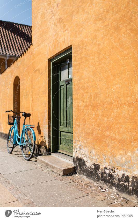 At home Fahrradtour Sommer Häusliches Leben Wohnung Altstadt Haus Einfamilienhaus Bauwerk Gebäude Mauer Wand Fassade Tür Fahrzeug alt retro schön Stadt gelb