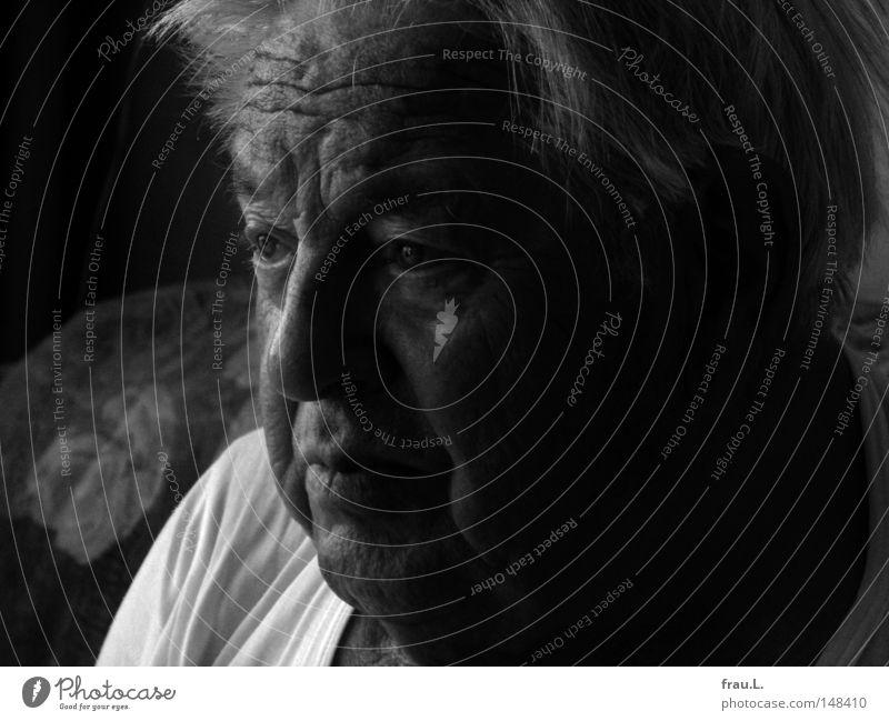 lebendig Mann Senior Wachsamkeit Fernsehen Fernseher Information Politik & Staat Interesse Handel Wirtschaft wach Leben alt Porträt Ende Abschied Mensch