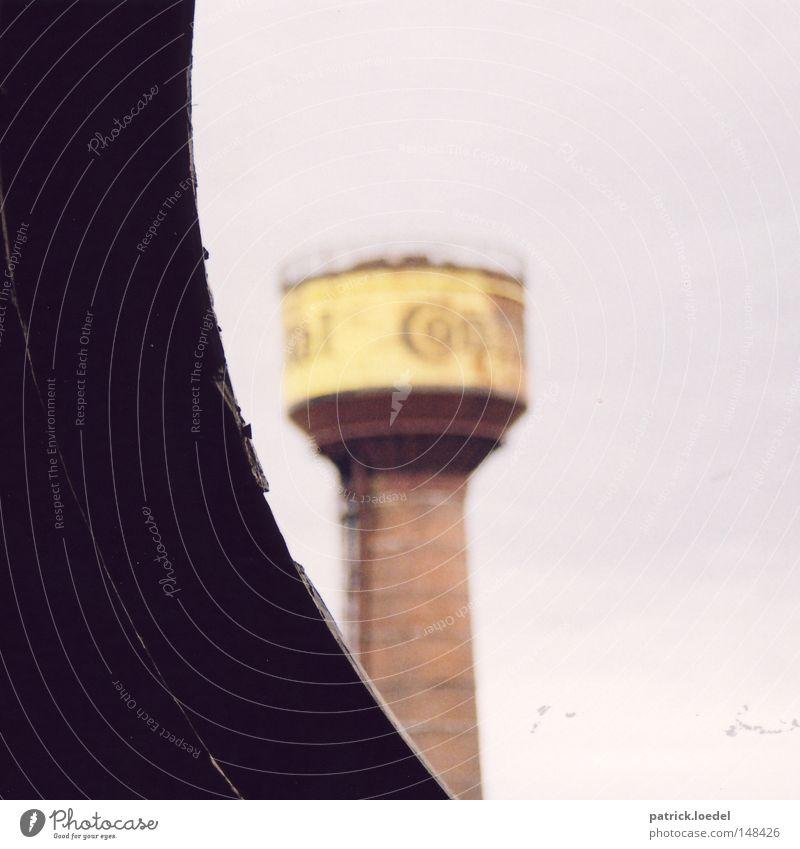 [H08.2] Conti Himmel Wand grau trist kaputt Industriefotografie Turm Fabrik verfallen Verfall Schornstein abwärts Demontage Bogen Schwung Richtung