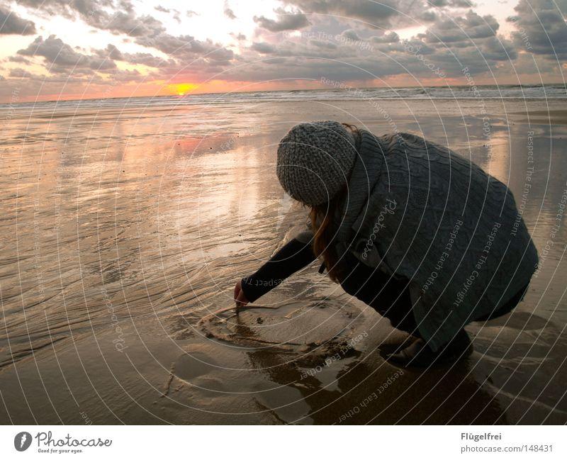 Ich denk an dich... Frau Wasser Sonne Meer Einsamkeit Strand Wolken ruhig Erwachsene Ferne Liebe kalt Herbst Leben Gefühle Freiheit