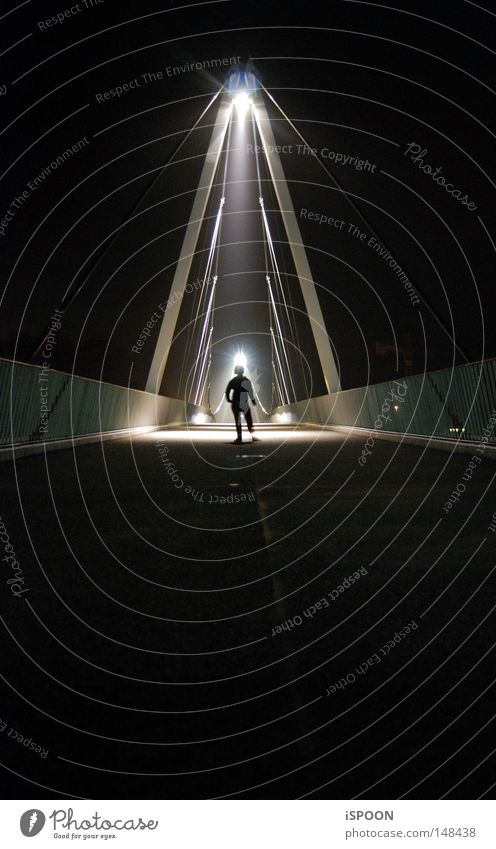 Ausserirdisch? Mensch Arme Beine Konzert Brücke dunkel hell klein Symmetrie Strahlung außerirdisch Außerirdischer Heiligenschein Samstag Brückengeländer