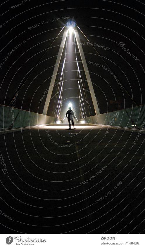 Ausserirdisch? Mensch dunkel Beine klein hell Arme Brücke Körperhaltung Mitte Strahlung Konzert Brückengeländer Symmetrie Außerirdischer außerirdisch Wochenende