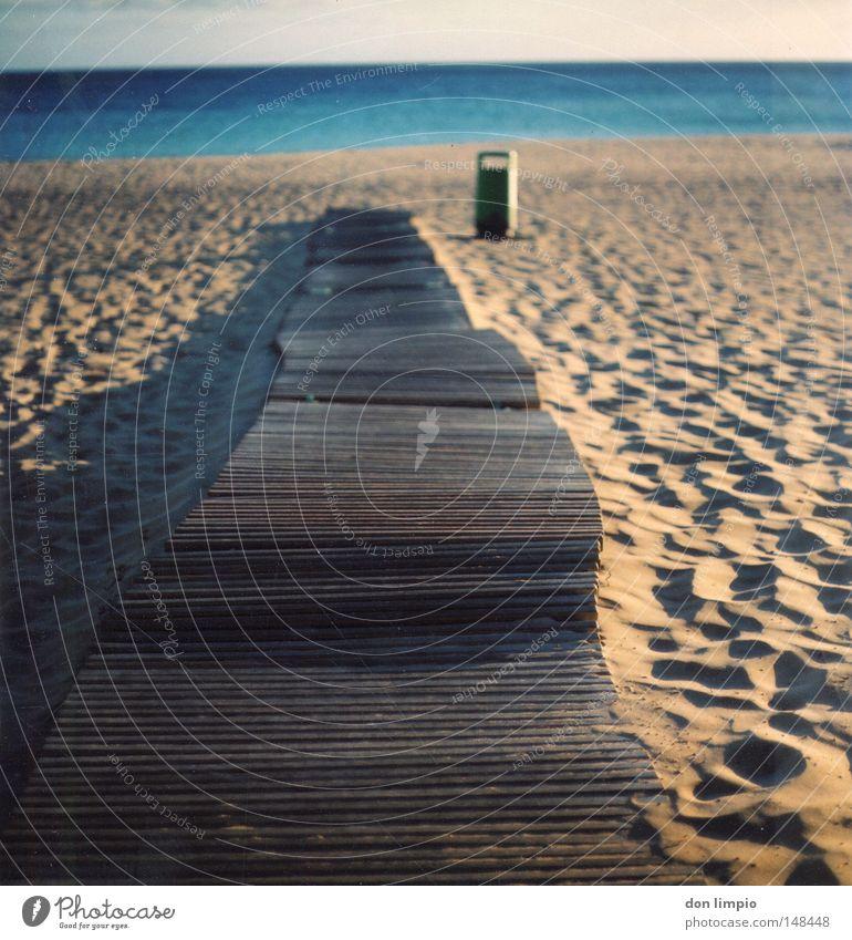 einfach geradeaus Strand Meer Sand Schatten Müllbehälter blau Bürgersteig Schiffsplanken Holz Horizont leer Fußspur Physik Abend Fuerteventura Unschärfe