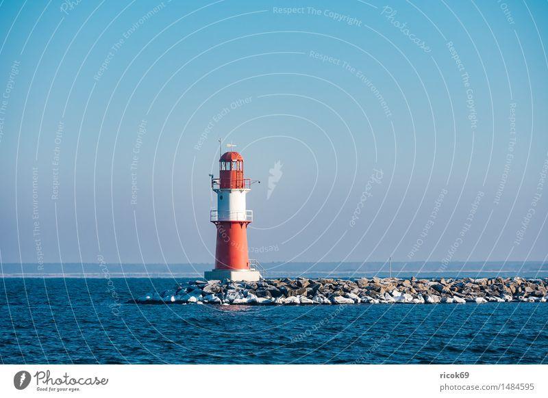 Die Mole in Warnemünde im Winter Ferien & Urlaub & Reisen blau Wasser weiß Meer Erholung rot kalt Architektur Küste Stein Tourismus Turm Frost Jahreszeiten