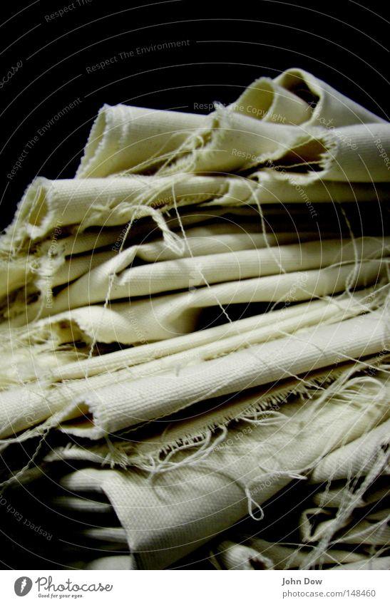 Angehäufte Häufung I weiß dunkel Stoff Falte durcheinander Stapel Textilien beige Rest Haufen unordentlich Leinen aufeinander gewebt gefaltet