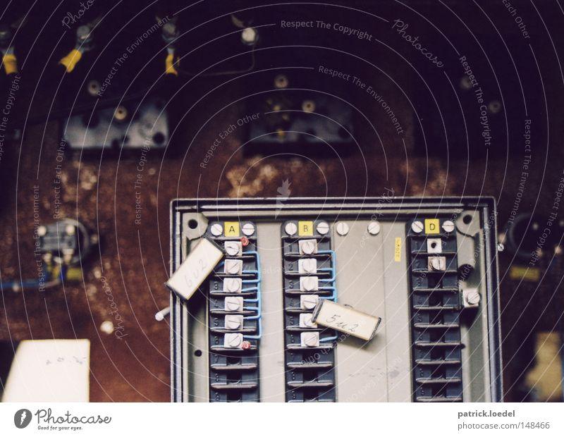 [H08.2] A B D Stromkreis kaputt verfallen Schrott Fabrik Schaltkasten Kabel Elekrik Industriefotografie Schraube Kasten Rost