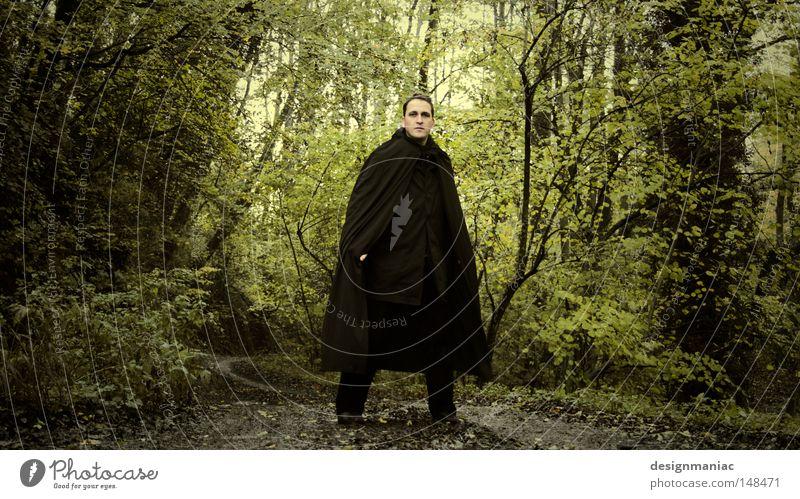 Frodo auf dem Weg nach Bruchtal. Der Herr der Ringe Lotr Wald schwarz Mantel Mann grün braun Baum Fußweg Wege & Pfade erstarren erstaunt Erwartung Kontrolle