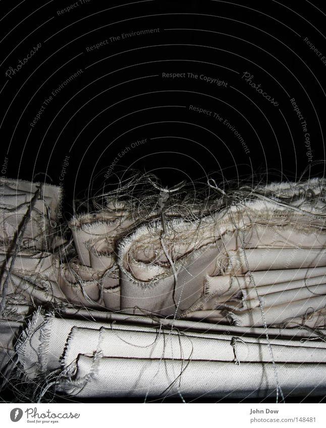 Angehäufte Häufung II weiß dunkel Bekleidung Stoff Neugier Falte durcheinander Anhäufung Oberfläche Interesse Nähgarn Textilien Lager beige Dachboden Rest