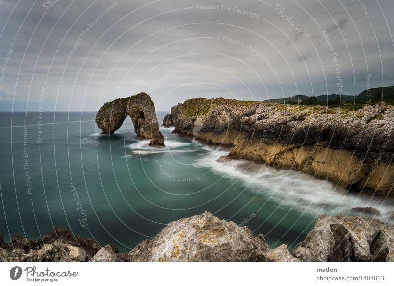 pierced rock Landschaft Wasser Himmel Wolken Horizont Wetter schlechtes Wetter Felsen Wellen Küste Fjord Meer Menschenleer fantastisch gigantisch braun grün