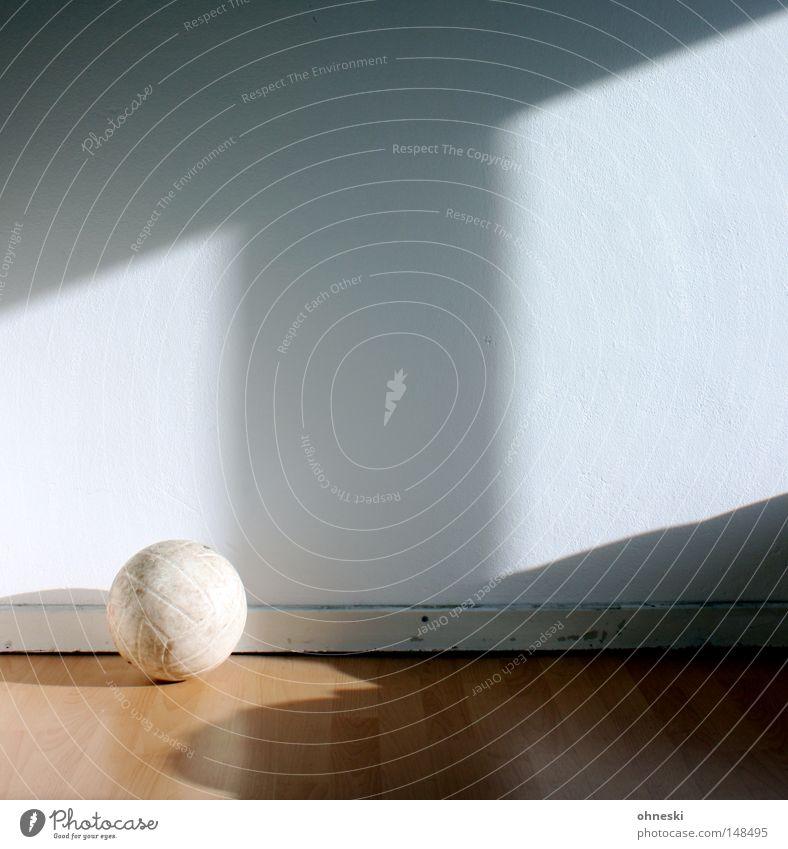 Volleyball Ball Wand weiß Schatten Bodenbelag Laminat Raum Licht Lichteinfall Fenster hell Morgen Freizeit & Hobby Fußleisten