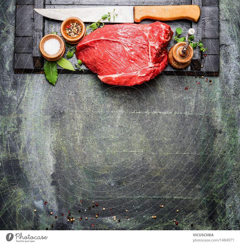 Saftige Stück Fleisch mit Gewürze und Fleischermesser Gesunde Ernährung Foodfotografie Stil Hintergrundbild Lebensmittel Design Tisch Kochen & Garen & Backen