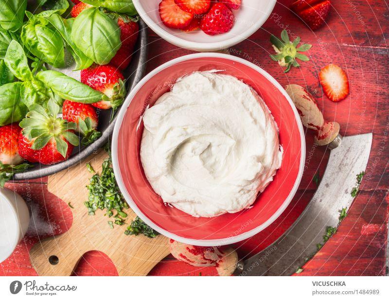Quark in roter Schale mit Erdbeeren Lebensmittel Milcherzeugnisse Frucht Dessert Ernährung Frühstück Büffet Brunch Bioprodukte Vegetarische Ernährung Diät