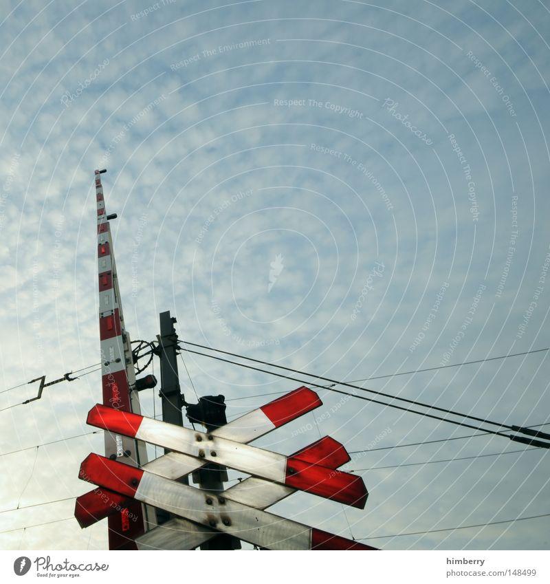 crosxing Linie Kraft Schilder & Markierungen Energie Eisenbahn Elektrizität gefährlich bedrohlich Hinweisschild U-Bahn Warnhinweis Leitung Straßenkreuzung