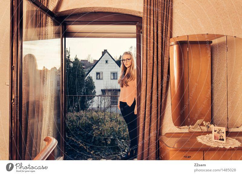 Junge Frau in Retrostyle Wohnung Lifestyle elegant Stil feminin Jugendliche 30-45 Jahre Erwachsene Dorf Einfamilienhaus Mode Bluse Brille blond langhaarig