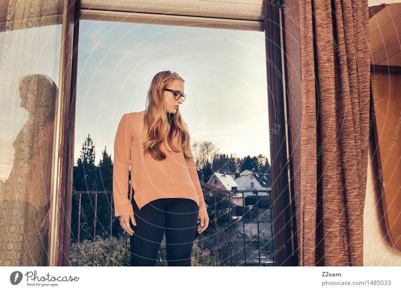 Backflash Jugendliche schön Junge Frau Erwachsene feminin Stil Lifestyle Mode Wohnung Design träumen elegant modern blond stehen retro