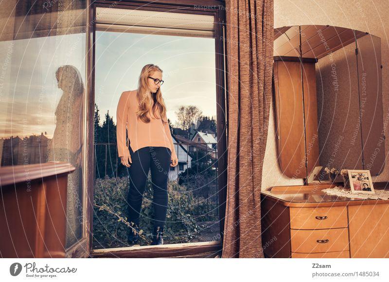Back to the 70s Jugendliche alt schön Junge Frau Haus 18-30 Jahre Erwachsene Innenarchitektur Lifestyle Stil Mode Design elegant blond stehen Coolness