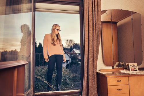 Back to the 70s Lifestyle elegant Stil Junge Frau Jugendliche 18-30 Jahre Erwachsene Dorf Haus Balkon Mode Brille blond langhaarig stehen Coolness trendy schön