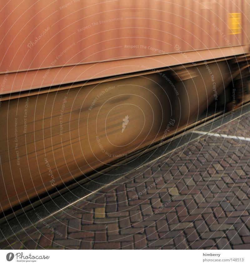 roll on big mama Geschwindigkeit Bahnübergang Haltelinie Eisenbahn Andreaskreuz Spedition Güterverkehr & Logistik Elektrizität Kraft Starkstrom Nacht gefährlich