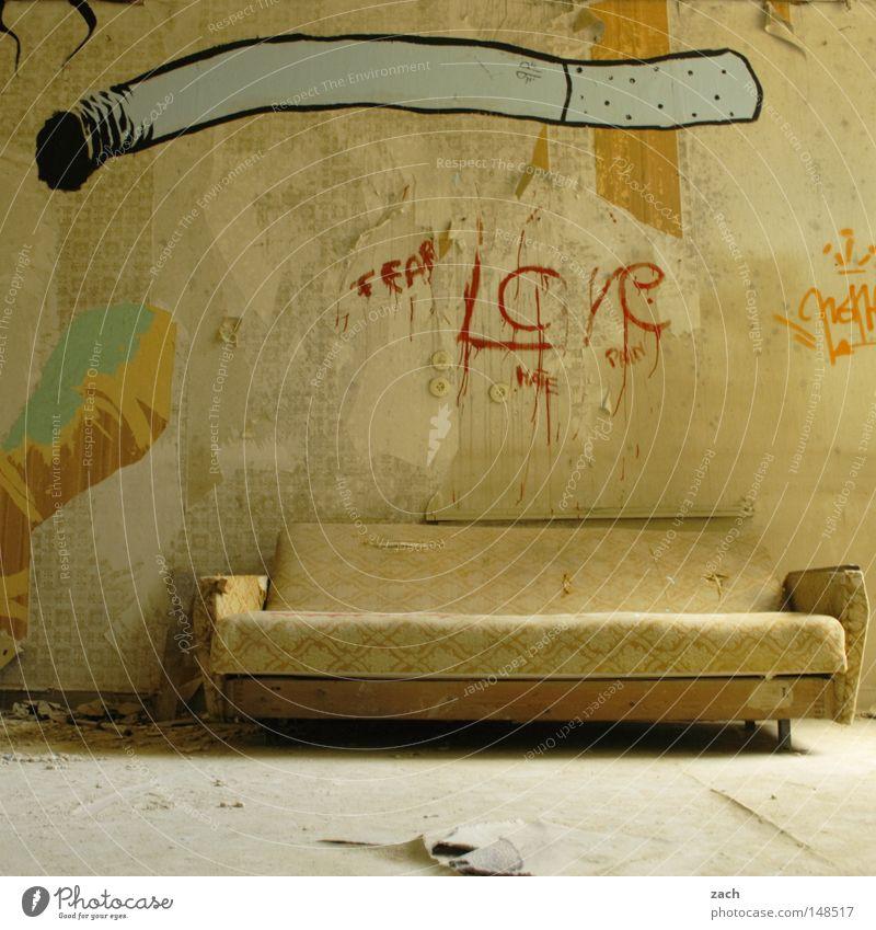 Der letzte Raucherraum alt Graffiti Nebel leer Symbole & Metaphern Rauchen verfaulen Zeichen Liege verfallen Sofa Tabakwaren Möbel Rost Rauch Zigarette