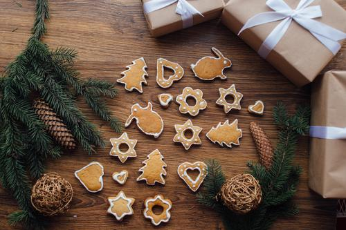 Plätzchen, die auf dem Tisch mit Geschenken und Winterbaum liegen Weihnachten & Advent Essen Lebensmittel Geburtstag Kreativität Speiseeis süß Papier Ostern
