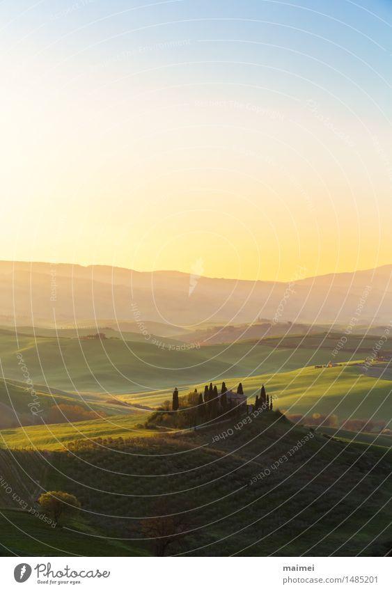 Bauernhaus der Toskana vor einem Sonnenaufgang Himmel Natur Ferien & Urlaub & Reisen blau grün Baum Landschaft Haus gelb Frühling Wiese Horizont Feld Idylle