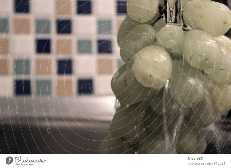 washing grapes Weintrauben Küche Wasserstrahl Fliesen u. Kacheln Vitamin Sauberkeit Reinigen Wasserhahn Vegetarische Ernährung Geschirrspülen