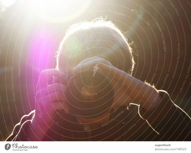 Wie du mir, knips ich dir. Mann Fotokamera Fotograf Fotografieren schießen Objektiv Blendenfleck fokussieren
