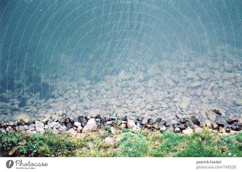 [H08.2] Limmer Bach Stein Sträucher Wellen fließen Fluss Abwasserkanal Küste Böschung Grünstreifen Wasser blau durchsichtig Natur Idylle Lichterscheinung