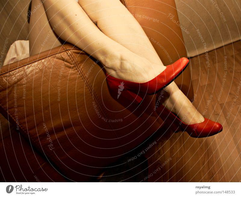 leg leger mehrfarbig Innenaufnahme Textfreiraum unten Kunstlicht Kontrast Zentralperspektive Vorderansicht Lifestyle schön Haut Sessel feminin Frau Erwachsene