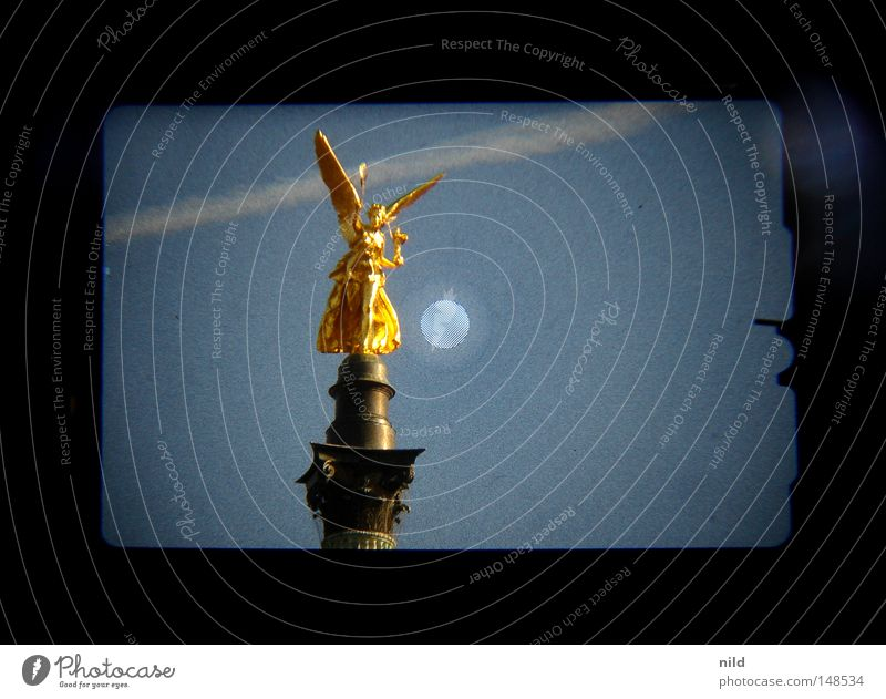 Isarstadt (Analog-digital) Himmel gold Engel Statue Denkmal Bayern Wahrzeichen Säule Symmetrie Digitalfotografie Sucher himmelblau Kondensstreifen Isar