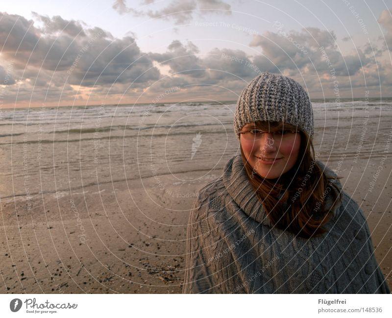 Ein Tag ohne Lächeln ist ein verlorener Tag Hund Himmel Jugendliche Meer Freude Strand Wolken Wärme Herbst feminin lachen Haare & Frisuren Freiheit Glück Sand