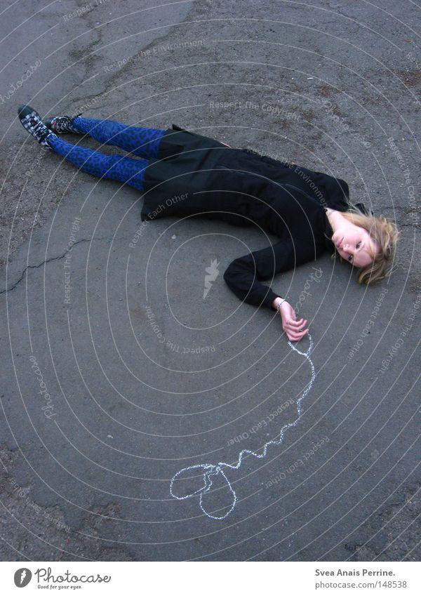 Hungriges Herz Frau Rock Strumpfhose Chucks blau Straße Boden Straßenkunst Beton Riss Stein steinig Schnur festhalten Halt liegen Rücken Kreide Denken Trauer