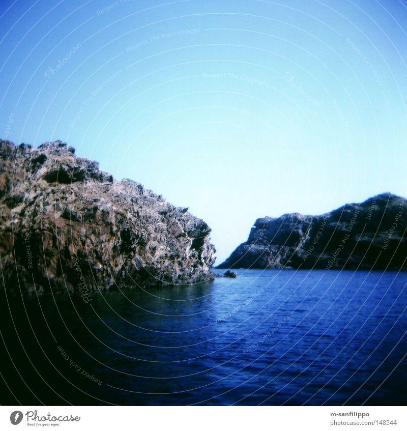Aussicht aus der Horizontalen Natur Wasser Sonne Meer blau Sommer Strand Ferien & Urlaub & Reisen ruhig Einsamkeit Erholung springen Freiheit Küste frei Felsen